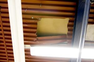RIFIFI. Tjuvarna hann få hål i taket, men inte stjäla något. Inbrott genom tak kallas ibland för rififikupper, efter en gammal fransk film.