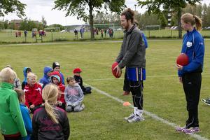 Engagerade ledare instruerar barnen för idrotten.