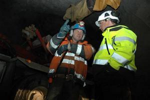 VENTILATION. Jari Björklund, till vänster, jobbar med gruvans ventilationssystem. Här i samspråk med Kjell Klippmark.