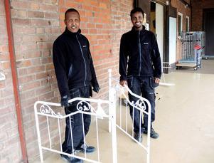 Abdullahi Aden och Dahir Omar sorterar de inlämnade sakerna hos Ta till vara i Åselby.