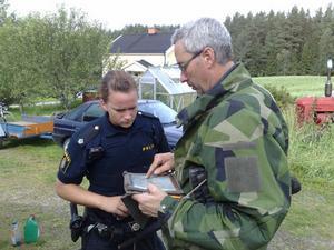 Hanna Fagerberg, polismyndigheten och Magnus Gunnarsson, Frivilliga motorcykelkåren, söker efter den försvunne mannen.