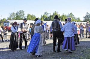 Hammerdals Folkdanslag dansade tidigt om morgonen för alla överraskade resenärer som klev av Inlandsbanan för en rast i Sikås.