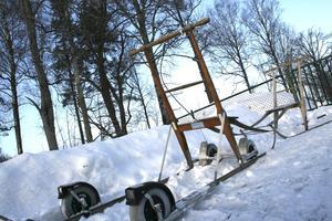 Redo för alla väder. När is och snö försvinner kan den här praktiska sparken även ta sig fram på hjul.