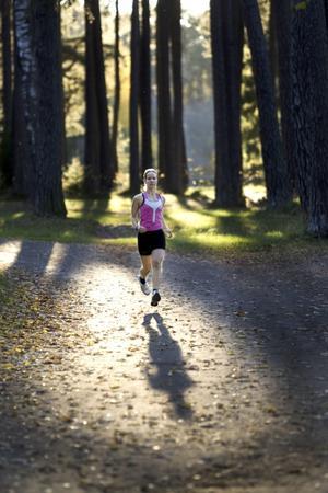 OKTOBER. För Katarina Bildström är sport ett nytt intresse. Triatlon är något hon brinner för. Vi träffades i Boulognern där hon berättade om sitt nyfunna kall. Bilden blev arrangerad under direktiven: Spring bort till lyktstolpen och vänd mot mig! Det blev en fantastisk bild tack vare ljuset den eftermiddagen.FOTO: Lars Nyqvist
