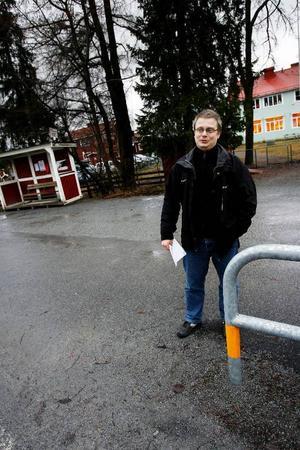 Utanför Marieby skola fick barnen en tid inte leka på skolgården som vetter mot landsvägen på grund av säkerhetsriskerna. Och vid förskolan hjälpte föräldrarna till att sätta upp staket innan kommunens kom på plats. Nu finns staket vid skolorna, men fortfarande tycker Fredrik Jonsson och många andra längs Annersia att väg 604 är för farlig för att låta barnen cykla till skolan, eller ta sig till sina kompisar själva.