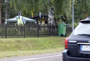På Måga-rakan, längs riksväg 83, är denna västklädda docka utplacerad, strategiskt i en trädgård.