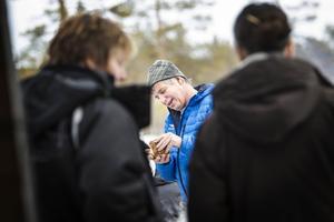 Sven Brunberg passar på att berätta för de samlade om björnforskningen som pågår i området.