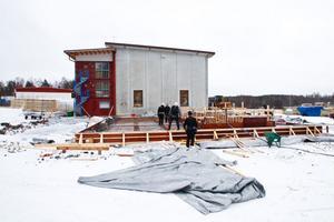 I dag har bygget kommit halvvägs. I mars väntas anläggningen vara färdig.