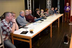 Politikerpanelen bestod av från vänster Jonas Wittink (MP), Svante Hanses och Lars.-Erik Granholm, båda (KOSA), Stefan J Eriksson (M), Fredrik Jarl och Birgitta Floresjö, båda (C), Ann- Gret Olsson och Irene Homman, båda (S), Christer Iversen (L) och Anders Bengtsson (KD).  Christer Gruhs, stående, var debattledare.