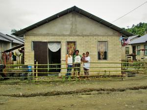 Ylva hälsar på familjen Bernald som är nyinflyttade i det nybyggda området.