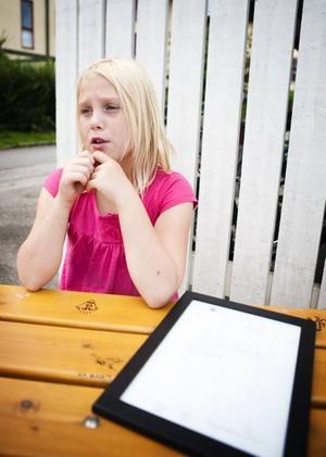 Saga Turpeinen, 9 år, bor i Bomhus och bestämde sig för att skriva till statsminister Fredrik Reinfeldt eftersom hon tycker att det är för skräpigt ute. Nu har statsministern svarat.