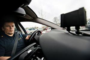 Polisinspektör Kai Byggmästars testar polisens nya superkamera som automatiskt läser av omgivande bilars nummerplåtar för att hitta olagliga bilar.