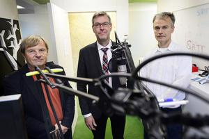 Regionrådet Erik Lövgren (S) på besök hos Y-podden med reportrarna Klas Leffler och Ove Öst.