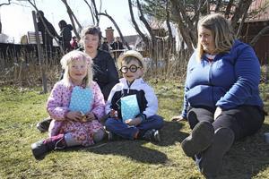 Agnes Tallroth, Line Rudvall och Olle Frid myser i gräset efter fiskdammen.