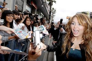Miley Cyrus hälsar på sina fans vid premiären av