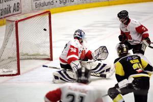 Lubos Pisar i Örebro Hockeys mål fick se tre puckar smita förbi sig mot Vik.