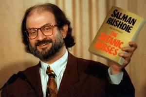 """Den indiske författaren Salman Rushdie kom ut med romanen """"Satansverserna"""" 1988, en bok som ledde till att han året efter fick en fatwa mot sig av Irans ayatolla Khomeini."""