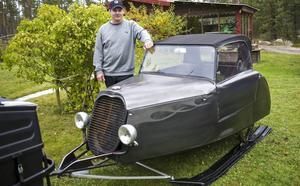 Peter Halvarsson byggde en skoterpulka och sedan byggde han en skoter till pulkan. Allt från grunden på båda maskinerna.