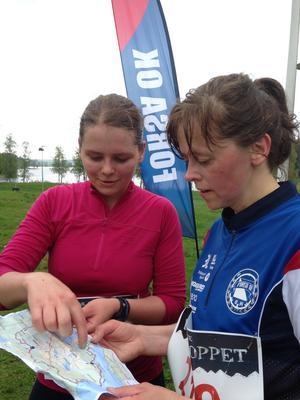 Sara Kring och Åsa Eriksson i samspråk efter 23 kilometers löpning i Borgarloppet.