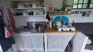 Diskbänk, arbetsbänk och spis har byggts av återvunnet material.