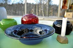 Glaskonst. Vid sidan av kermamiken formger också Kennet Williamsson glas.