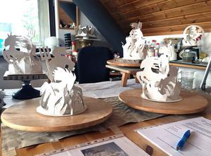 Georgianna Krallis modeller över en Neptunus på Kaninholmen.