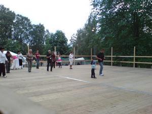 14.25 danssteg i Kvarnparken med salsarytmer.