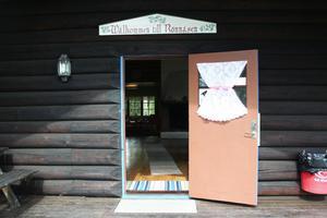 Fika. Under sommaren har Friluftsfrämjandet  i Ockelbo  sitt kafé öppet  i Rönnåsstugan.