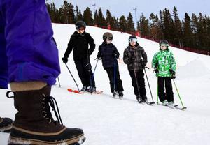 Ett gäng killar från Parkskolan står och lyssnar när det är genomgång i hur de ska göra om de vill vrida på skidorna när de befinner sig på railen och på så sätt åka snett eller rotera.