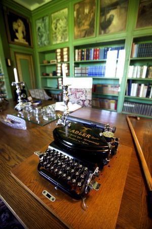 Härifrån arbetsrummet skötte Selma Lagerlöf den stora gården. Selma Lagerlöf skrev sina romaner för hand och hade maskinskriverskor som skrev ner allt på maskin.