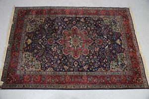Äldre mattor av fin kvalité finns det gott om på auktioner. Den här klubbades för 2100 kronor på Effecta.