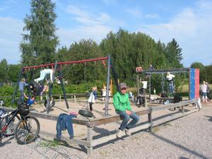 Gung och lek på Knåda skolgård.