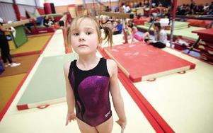 Helena Tholén, snart åtta år, tycker att gymnastikträningen blir roligare hela tiden.– Fristående är mest kul. Men det är svårt att göra flickisar (flick-flack, handvolt bakåt). Foto: Dennis Pettersson/DT