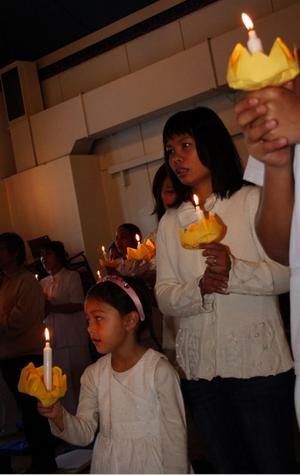 Stina-Li tände tillsammans med mamma Phawan Thowannang ett ljus för att fira den Thailändske kungens födelsedag.