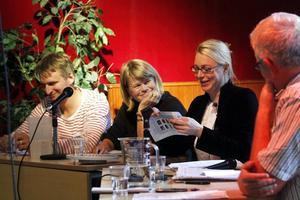 Debatten leddes av Sofia Nerbrand som försökte få klara svar från bland andra politikerna Jörgen Blomqvist (S) och Ulla Andersson (V).