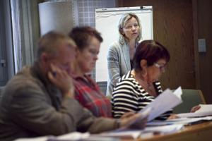Förvaltningsekonomen Åsa Myhrberg (i bakgrunden) informerade om ökade hyreskostnader för politikerna i barn- och utbildningsnämnden – bland andra Lars B Andersson (S), Lena Johansson (S) och Ingrid Hammarberg (FP).