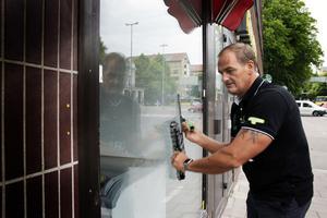Det går undan när Ivan Pleinadius putsar fönster.