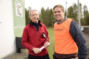 Hans Helmersson är en välkänd speakerröst och han höll reda på alla starter samt informerade publiken om resultat och annat. Här tillsammans med tävlingsledare Erik Carlsson.
