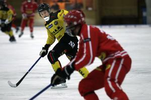 Joonas Peuhkuri är finsk landslagsman, har två senaste åren spelat i elitserien med Sirius och blev 2011 finsk mästare med Helsingfors IFK. Men i vinter spelar han i allsvenskan med ÖSK Bandy.