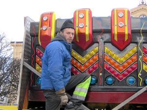Ny karusell. Gherman Haretu arbetar med att sätta upp karusellen Over the top, som är ny för året. Den har gondoler som snurrar runt och upp i luften.foto: Carina widell