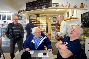En historia från hur det gick till förr i tiden på SSAB där flera av gubbarna har jobbat drog ner rejäla skrattsalvor. Från vänster : Mats Östberg, Lasse Mauritzson, Nisse Mauritzson och Kent Söderberg.