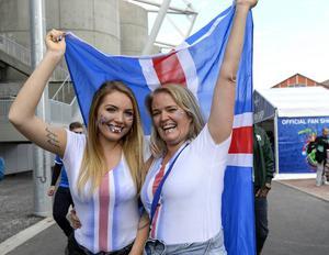 Anna Johannsdottir med mamma Linda Denngs är några av de 30 000 isländska fans som är på plats för att heja fram sitt landslag i EM-slutspelet i Frankrike.