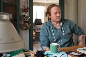 Daniel Bakke har hyrt en sommarstuga utanför Sala de senaste månaderna. Han trivs med lugnet och tystnaden på landsbygden.