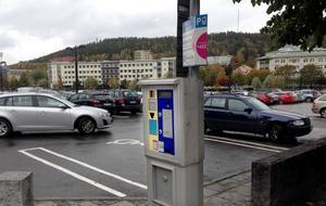 Skribenten föreslår att kommunen tar ut en enhetlig parkeringsavgift på tio kronor per påbörjad tvåtimmarsperiod, i stället för att bygga om automaterna.