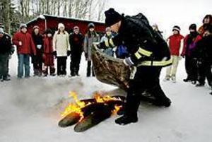 Foto: LARS WIGERT Viktig lektion. Brandman Niklas Hammarlund besökte på tisdagen Sätraskolan i Sandviken. Han gav eleverna i skolans fyr-femma en praktisk lektion i hur man släcker bränder.