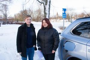 Linus Fransson och Heidi Sjungargård vill se fler laddstationer för elbilar i Avesta kommun.