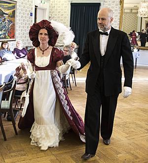 I Empiren skars midjan strax nedanför bysten, puffärmen blev modern, klänningarna räckte till fotknölarna.