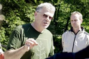 SMITTAR. Ricky Morelli och Cristian Jansson berättar om hur almsjukan sprids. Viruset är smittsamt och kan spridas via både almbarkborrar och trädens rötter så väl som de verktyg som används för att såga ner ett drabbat träd.