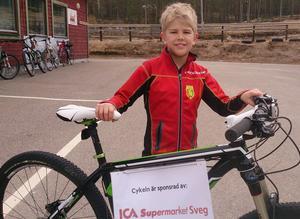 En fin cykel värd en bit över 15 000 kronor lottades ut bland deltagarna. Lyckan att vinna cykeln fick Åke Karlgren-Grindborg känna.
