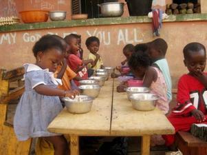 Cirka 25 barn i åldrarna 0–6 år bodde på barnhemmet och Linneas dagar gick ut på att ta hand om dessa barn och hjälpa till att tvätta och städa.